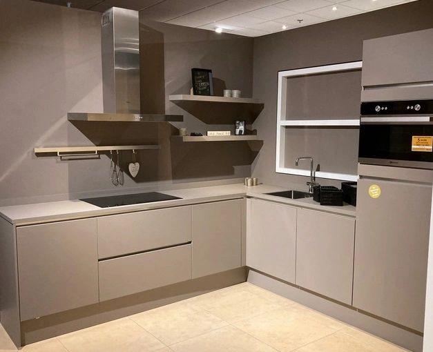 Moderne showroomkeuken van Häcker