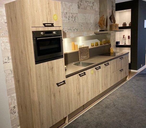 Rechte showroomkeuken met houten accenten